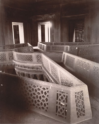 Interior of the Diwan-i-Khas, showing the top of the great central column, Fatehpur Sikri 1003558
